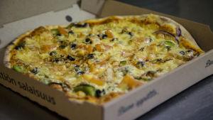 Pizzaa laatikossa.