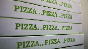 Pizzalaatikoita päällekkäin.