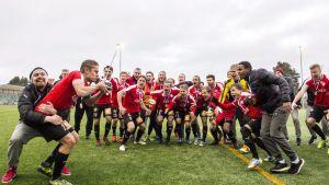 HIFK:n joukkue juhlii kapteeni Esa Terävän (vas.) johdolla jalkapallon miesten Ykkösen viimeisen kierroksen ottelun AC Kajaani - HIFK jälkeen Kajaanissa 27. lokakuuta 2018. Viime kauden päätteeksi liigasta pudonnut HIFK palaa ensi kaudeksi liigaan, kun se voitti Ykkösen päätöskierroksella AC Kajaanin vieraissa 1–0 ja vei sarjan kahden pisteen erolla KPV:hen.