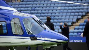 Leicester City -jalkapallojoukkueen omistaja Vichai Srivaddhanaprabha nousemassa helikopteriinsa 3. huhtikuuta 2016.