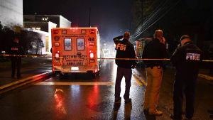 Poliisi- ja hälytysviranomaisia Tree of Life -synagogan edustalla Pittsburghissa ammuskelun jälkeen 27. lokakuuta.