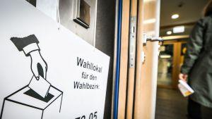 Äänestäjä kävelee sisään vaalihuoneistoon Frankfurtissa 28. lokakuuta.