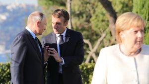 Saksan liittokansleri Angela Merkel oli viikonloppuna Turkin huippukokouksessa. Taustalla Venäjän presidentti Vladimir Putin ja Ransakan presidentti Emmanuel Macron.