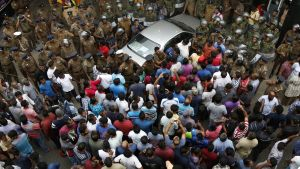 Mielenosoittajia ja erikoisjoukkojen sotilaita Sri Lankassa ampumavälikohtauksen jälkeen.