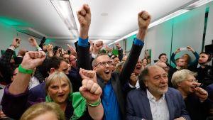 Vihreiden kannattajia juhlimassa vaalitulosta.
