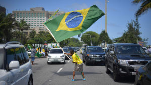 Jair Bolsonaron kannattaja liehutti lippua kadulla Rio de Janeirossa 28. lokakuuta.