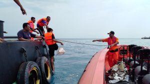 Kuvassa kaksi vettä. Vasemmalla puolella olevassa veneessä on neljä pelastustyöntekijää ja oikealla olevassa veneessä yksi.
