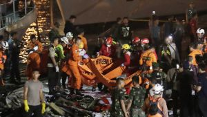 Pelastushenkilöt siirtävät ruumispusseja, jotka kuljetetaan sairaalaan tunnistamista varten.