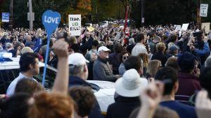 Mielenosoittajia Pittsburgissa Donald Trumpin vieraillessa synagogaiskun tapahtumapaikalla.