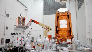 Avaruusteleskooppi Kepleriä valmistellaan laukaisua varten Floridassa.