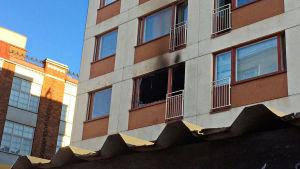 Tulipalon jälkiä kerrostalossa.