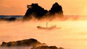Japanilainen kalastusvene merisumussa.