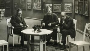 Alvar Cawén, Tyko Sall inen ja Juho Rissanen istuvat näyttelytilassa.