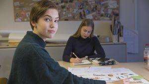 Vilva Pesonen ja toinen muotoilun opiskelija.