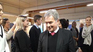 Presidenttiparin Vaasan vierailu alkoi Yrityskylästä, missä he tapasivat nuorisovaltuuston edustajia. Yrityskylässä vietettiin torstaina 6-luokkalaisten päivää.