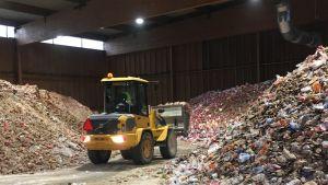 Kotkalaisella Agro Recycling -kierrätyslaitoksella pilkotaan ja kuivataan leipomoista tuotavaa leipäjätettä.