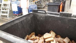 Pois heitettyä leipää Vaasan-yhtiön tehtaalla Kotkassa.