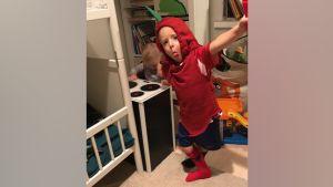 Pikkupoika näyttää kieltä chiliksi pukeutuneena.