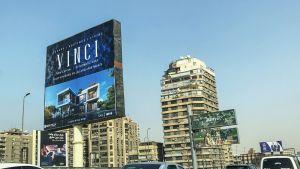 Valomainos Kairon katukuvassa.