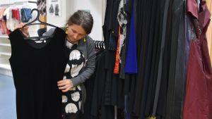 Maiju Kinnunen esittelee vaatteita