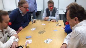 Joensuun kauppakamarilla yritysten edustajat pelaavat nenäsököä