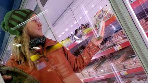Johanna Huhtala poimii kaupan hyllyltä nakkipakettia