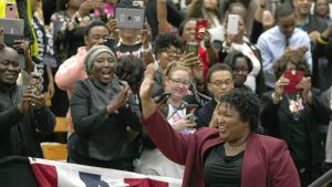 Stacey Abrams saapuu kampanjatilaisuuteen
