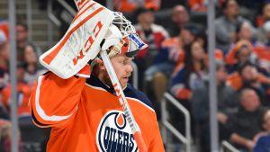 Mikko Koskinen nostaa maskiaan Edmontonin maalilla.