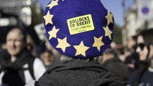 """Brexitin vastainen lontoolainen nainen päässään baskeri jossa lukee """" bollock to brexit""""."""
