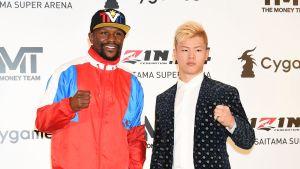 Floyd Mayweather ja Tenshin Nasukawa poseeraavat kameralle vierekkäin.