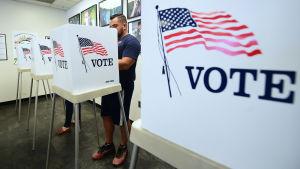Mies äänestää.