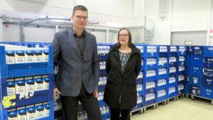 Osuuskunta Maitomaan toimitusjohtaja Mikko Sairanen ja tuotannonsuunnittelija Pia Ovaska maitopurkkilaatikoiden edessä.