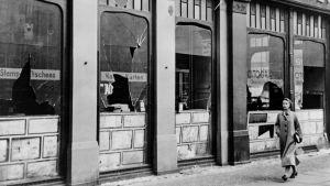 rikottuja kaupan ikkunoita