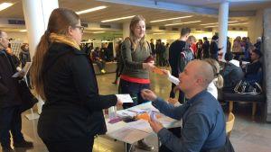 Seurakuntavaalien  ennakkoäänestyspaikalla Joensuun Carelia-salissa riitti väkeä marraskuussa 2018.