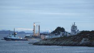 Norjan laivaston fregatti KNM Helge Ingstad, joka on vaarassa upota törmättyään tankkeriin, Öygardenissa 8. marraskuuta