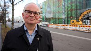 Essote kuntayhtymän johtaja Risto Kortelainen Mikkelin keskussairaalan edustalla marraskuussa 2018.