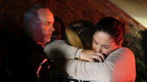 Ammuskelua paennut nainen halasi sukulaistaan Thousand Oaksissa torstaina.