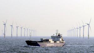 Rahtilaiva ohittaa Norfolkin edustalla olevan Sheringham Shoalin tuulipuiston.