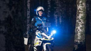 Sari Hukkanen on Itä-Suomen ensimmäinen naispuolinen moottoripyöräpoliisi.