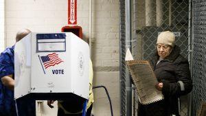 Äänestäjiä Bronxissa New Yorkissa.