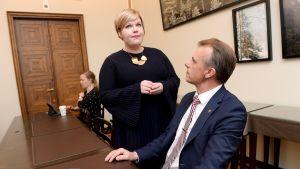 Keskustan eduskuntaryhmän peruspalveluministeri Annika Saarikko ja kansanedustaja Juha Pylväs ryhmän kokouksessa eduskunnassa Helsingissä torstaina 8. marraskuuta