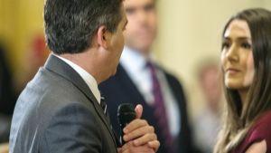 CNN:n toimittaja Jim Acosta ja Valkoisen talon harjoittelija kiistelivät mikrofonin käytöstä Washingtonissa 7. marraskuuta.