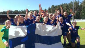 Suomen U17 tytöt juhlii kisapaikkaa