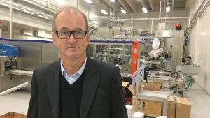 Yrittäjä Raino Kukkonen tehtaallaan.