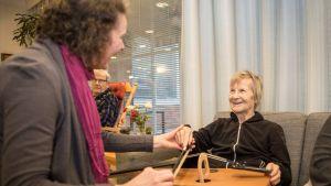 Musiikkiterapeutti Pia Teckenberg-Jansson ja Sipoon Suvirinteen hoivakodin asukas Marjatta Eronen soittavat yhdessä.