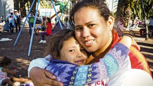 Daniela López halaa tytärtään.