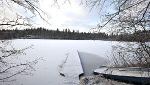 Jäätyvää Hietajärveä.