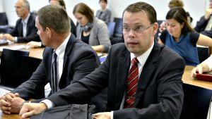 Nuorisosäätiön asiamies Aki Haaro (keskellä) Nuorisosäätiön rikosjutun pääkäsittelyn alkamispäivänä Helsingin käräjäoikeudessa 11. syyskuuta 2012.
