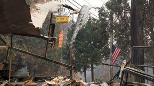 Yhdysvaltain lippu liehuu tuhon keskellä Magaliassa Butten piirikunnassa.