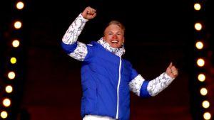 Iivo Niskanen tuuletti olympiakultaansa Pyeongchangin olympialaisten päättäjäisten yhteydessä pidetyissä palkintojenjaossa.